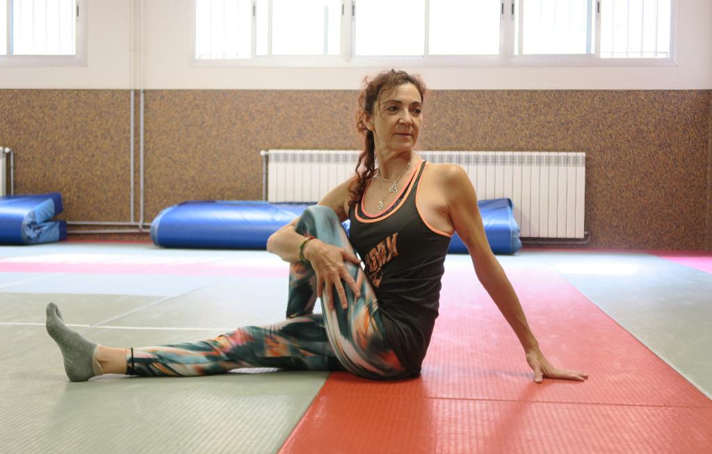 La profesora de Pilates realiza un estiramiento