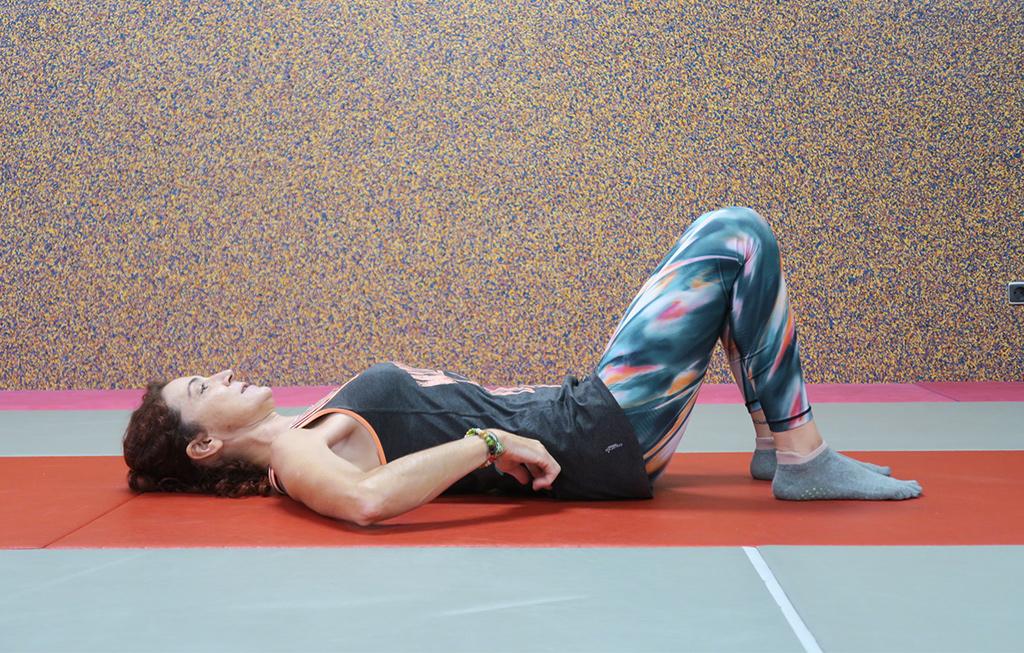 Profesora señala los músculos CORE de Pilates