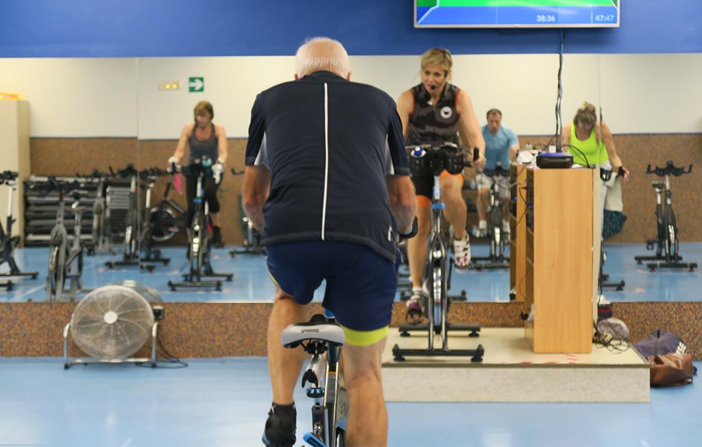 Persona mayor realizando spinning