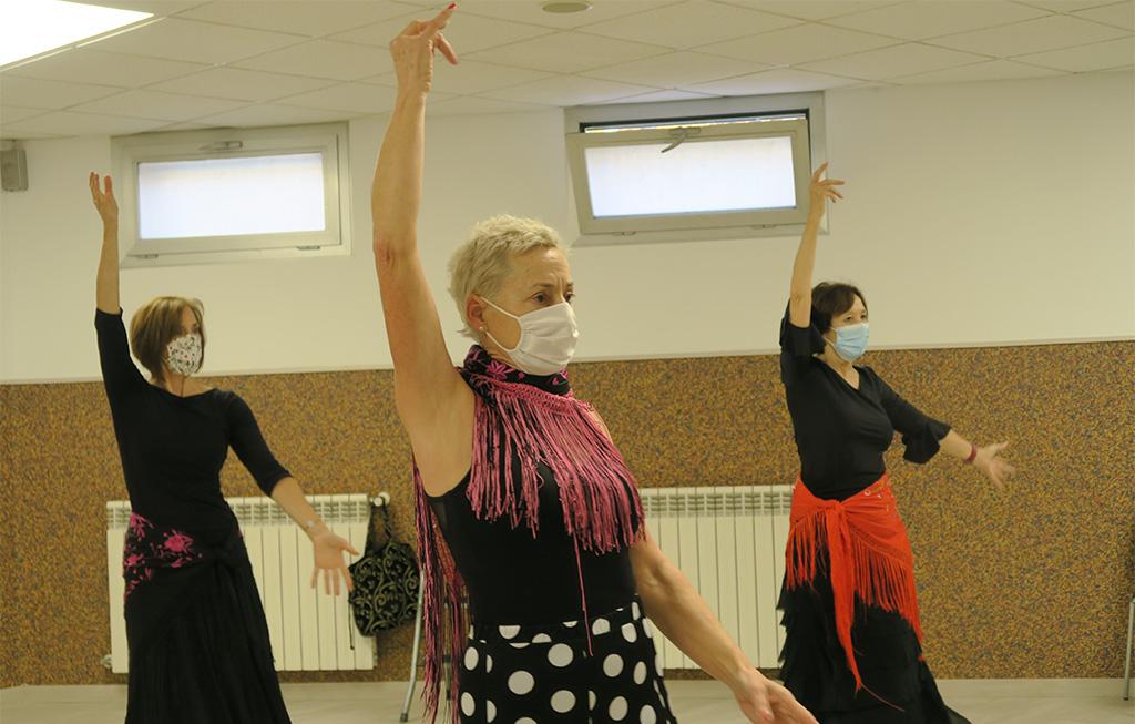 Mujeres bailando flamenco