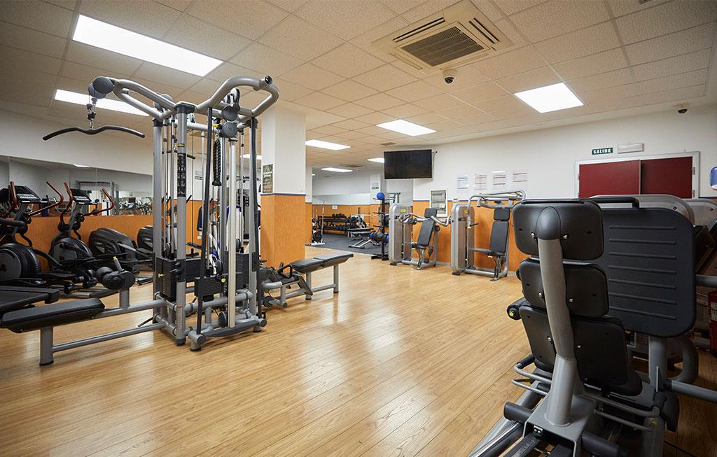 sala de musculación con máquinas
