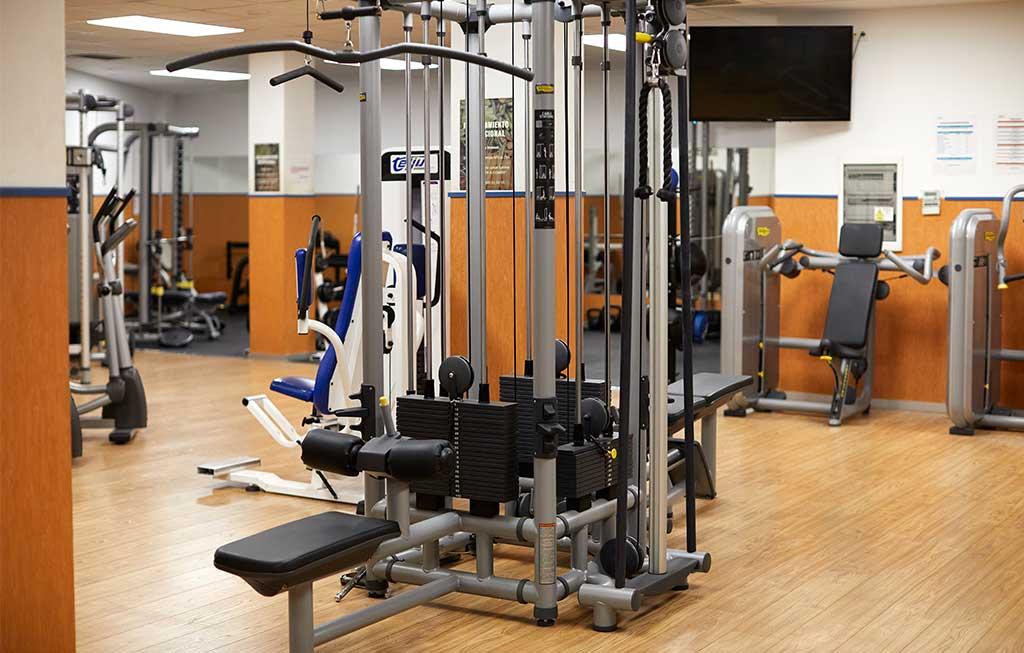 máquinas para hacer ejercicio en un gimnasio