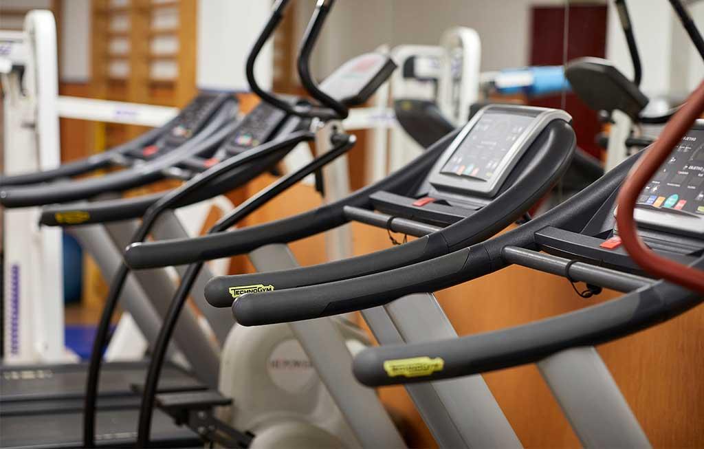 cinta de correr en un gimnasio