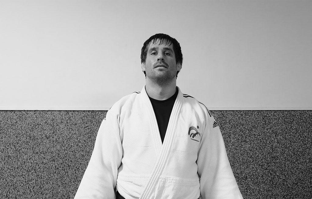 hombre vestido con un judogi