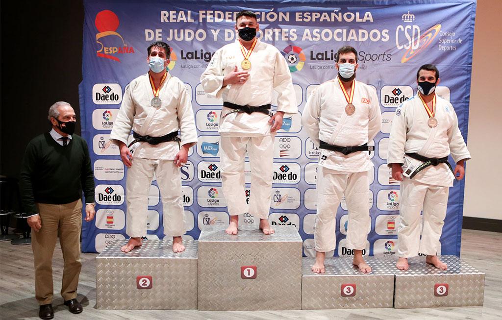 podio con campeones del campeonato nacional de judo