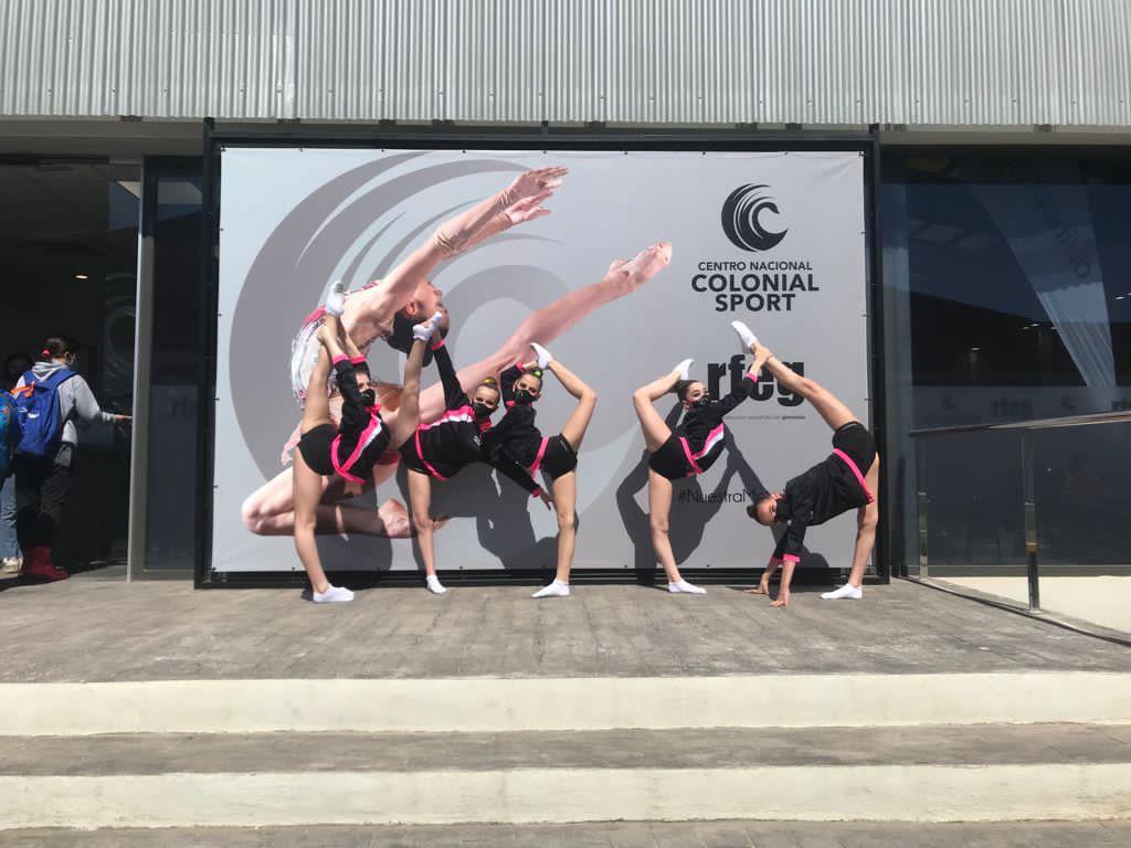 gimnastas realizando conjunto de gimnasia rítmica