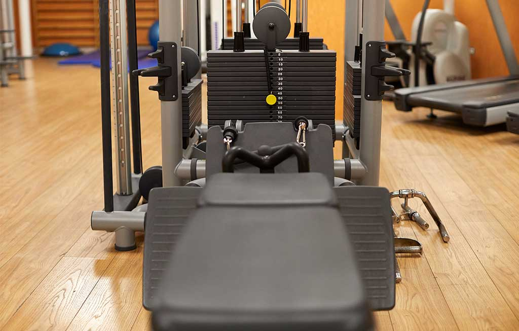 maquinaria para tonificación en gimnasio