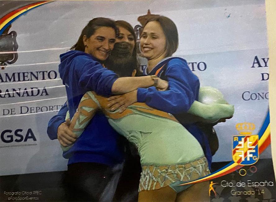 gimnasta abraza a entrenadoras