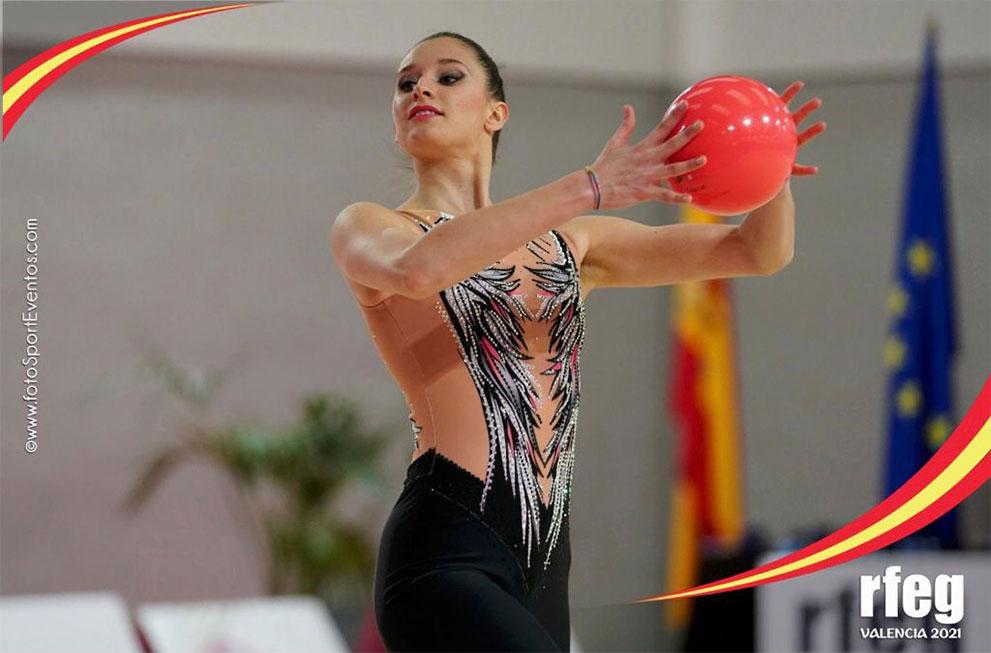 gimnasta con pelota haciendo actuación