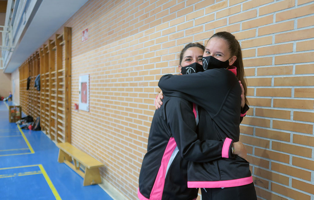 madre e hija se abrazan en el polideportivo