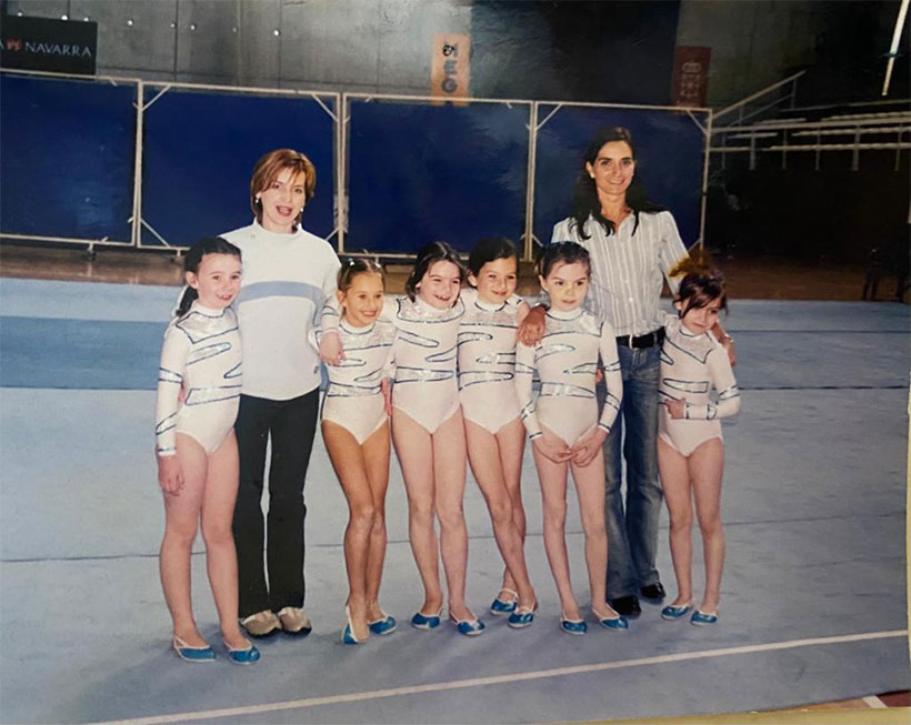 niñas de gimnasia rítmica con entrenadoras