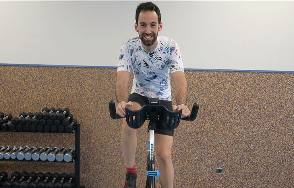 profesor haciendo spinning en gimnasio