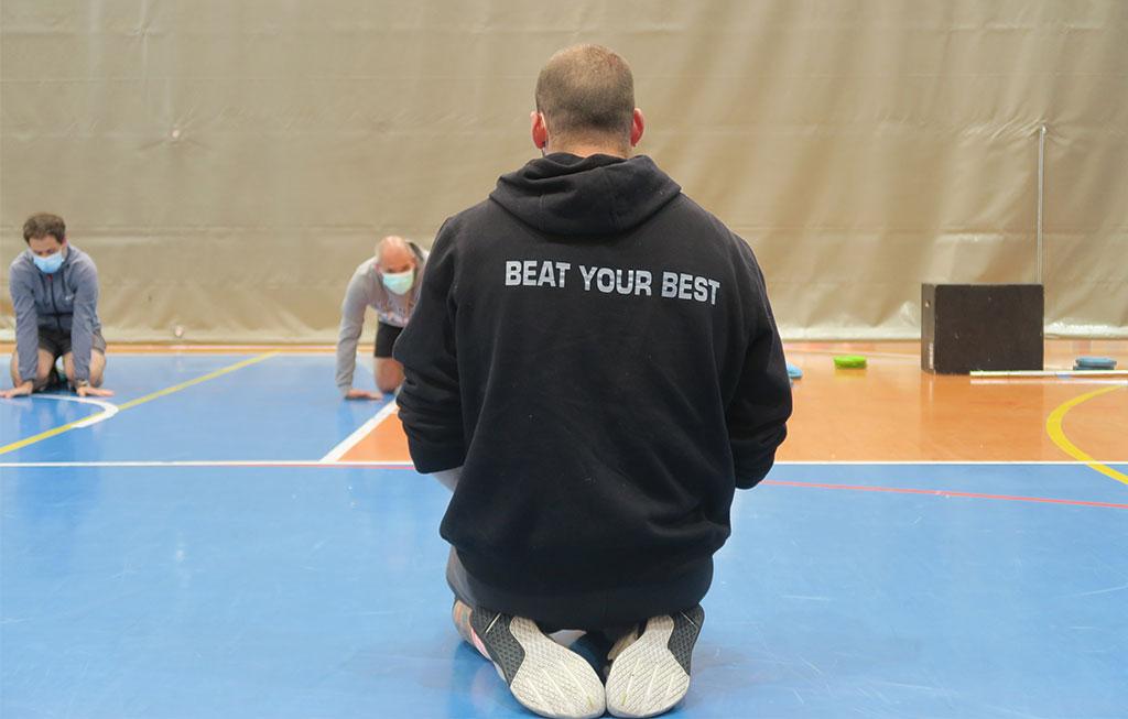 entrenador de cross training con sudadera que pone beat your best