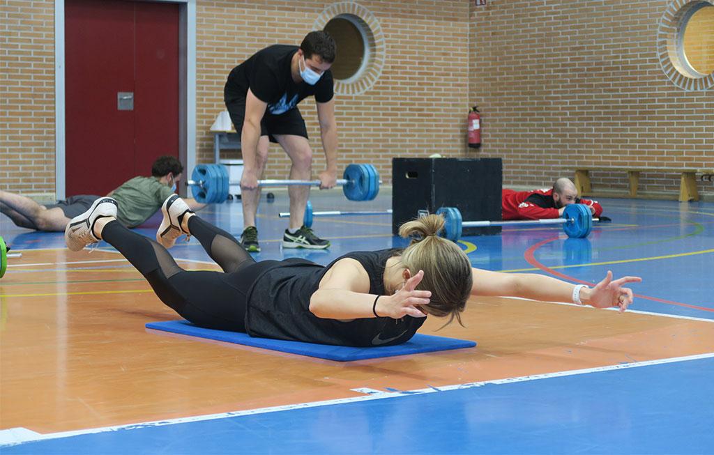 personas haciendo ejercicios de cross training en el gimnasio