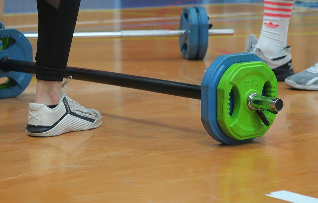 pesa en gimnasio actividad de cross training