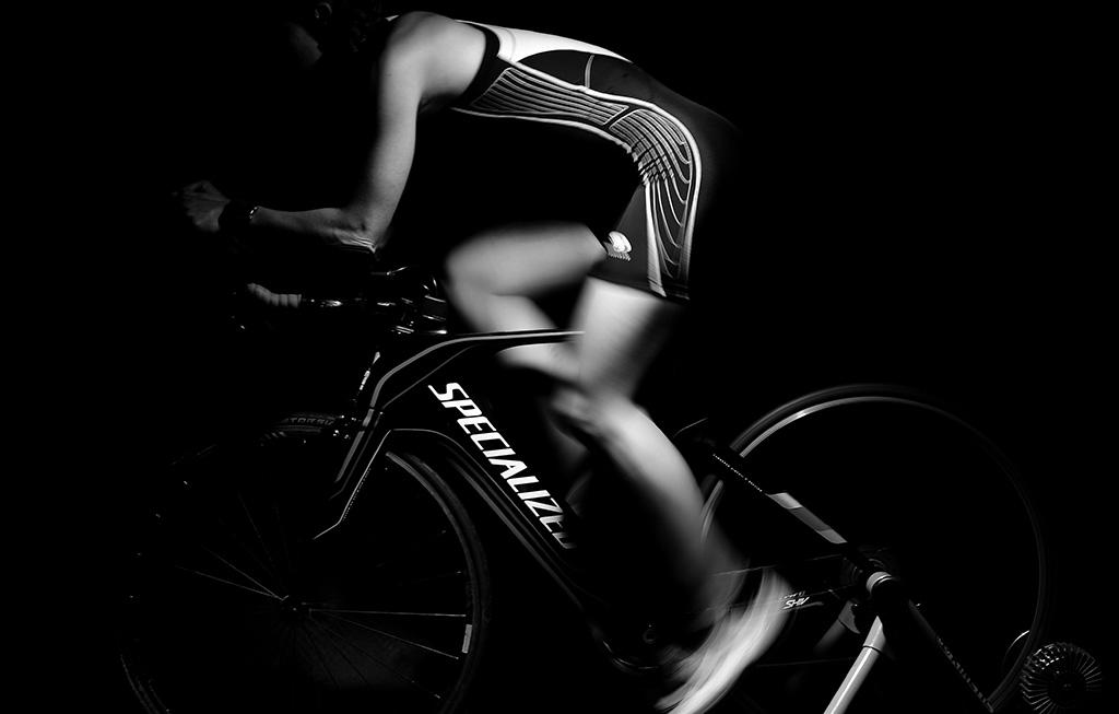 deportista en bici de spinning
