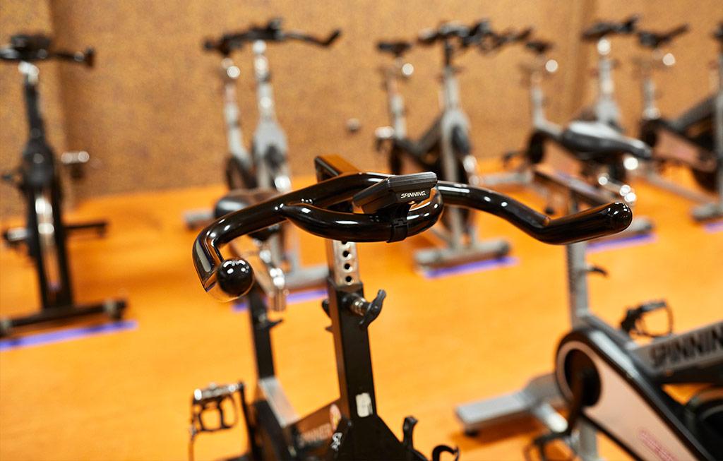 bicicletas de spinning en el gimnasio larraona en pamplona